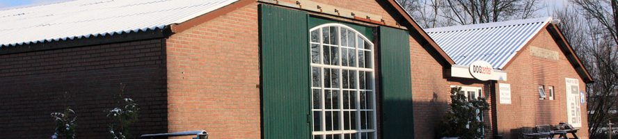 Foto van de hoofdingang van de zijkant